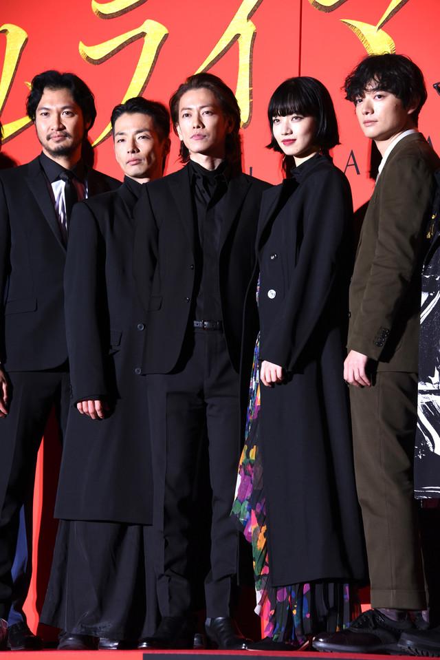 左から青木崇高、森山未來、佐藤健、小松菜奈、染谷将太。