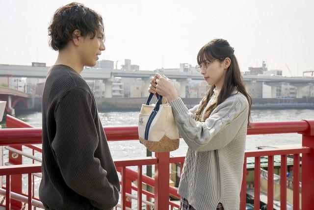 「雪の華」より、美雪(右)と悠輔(左)が初めてデートするシーン。