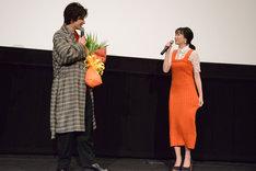 武田航平(左)から、「ニンジンみたい」と衣装をいじられる高田夏帆(右)。