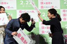 フリップで安田顕(左)の頭をたたくマネをして会場を爆笑させる倍賞美津子(右)。