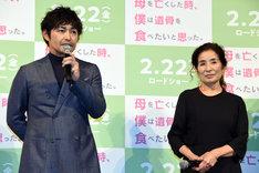 左から安田顕、倍賞美津子。