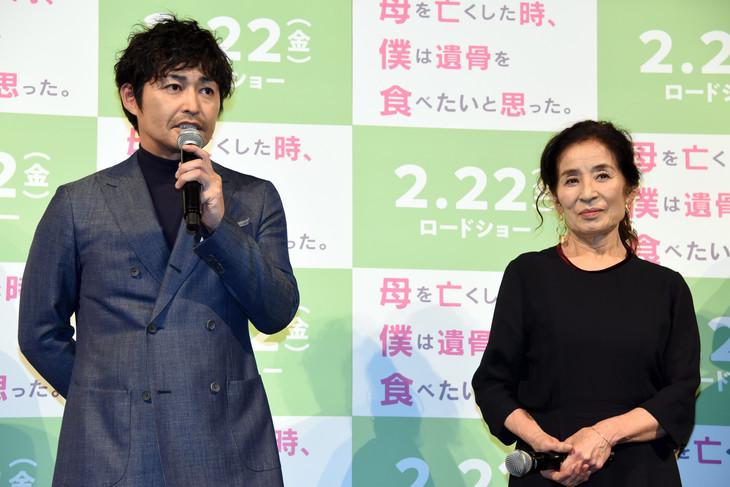 「母を亡くした時、僕は遺骨を食べたいと思った。」の完成披露舞台挨拶より。左から安田顕、倍賞美津子。