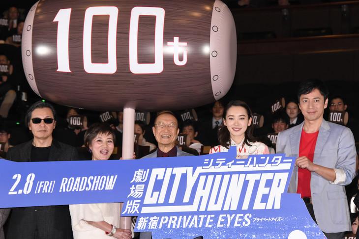 「劇場版シティーハンター <新宿プライベート・アイズ>」完成披露舞台挨拶の様子。左から北条司、伊倉一恵、神谷明、飯豊まりえ、徳井義実。