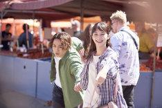「雪の華」より、マーケット広場で撮影されたシーン。朝市で買い物する悠輔(左)と美雪(右)。
