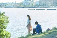「雪の華」より、テルヴァサーリで撮影されたシーン。旅の終わりを感じ、寂しげに話す美雪(左)と悠輔(右)。