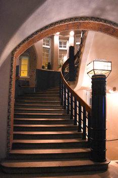 ドレスアップした美雪が降りてくるシーンを撮影した、グロ・ホテル・アートのメインロビーにある階段。