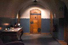 美雪と悠輔が別々の部屋に戻っていくシーンを撮影した、グロ・ホテル・アートの廊下。