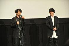 左から津田健次郎、鈴村健一。