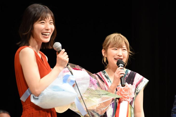 左から松岡茉優、伊藤沙莉。
