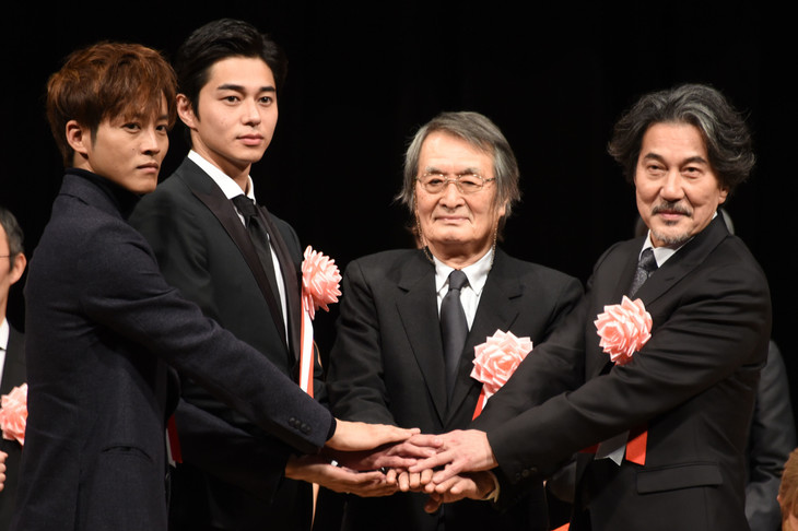 第40回ヨコハマ映画祭表彰式の参加者たち。左から松坂桃李、東出昌大、山崎努、役所広司。