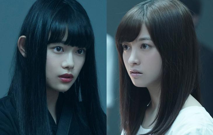 左から杉咲花演じるアンリ、橋本環奈演じるリョウコ。
