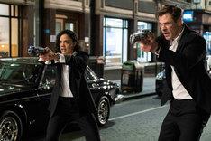 「メン・イン・ブラック:インターナショナル」より、左からテッサ・トンプソン演じるエージェントM、クリス・ヘムズワース演じるエージェントH。
