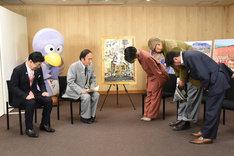 埼玉県知事・上田清司(左から2番目)に頭を下げる二階堂ふみ(中央)ら。