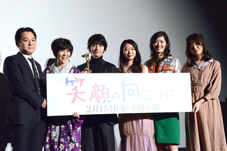 「笑顔の向こうに」完成披露上映会にて、榎本二郎、藤田朋子、高杉真宙、安田聖愛、佐藤藍子、ayanonono。