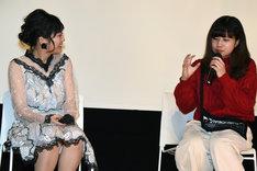 左から伊藤沙莉、金子由里奈。