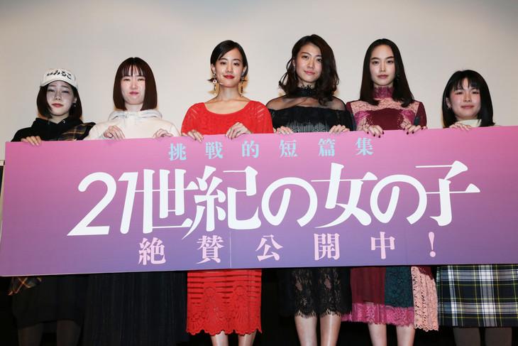 「21世紀の女の子」舞台挨拶の様子。左から山戸結希、安川有果、石橋静河、瀧内公美、朝倉あき、竹内里紗。