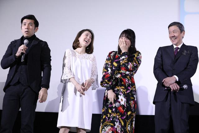 左から照屋年之、筒井真理子、水崎綾女、奥田瑛二。