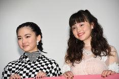 左から山田杏奈、モトーラ世理奈。