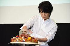 ケーキの取り分けに苦戦する神木隆之介。