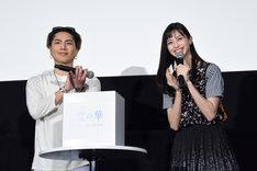 プレゼントを渡す観客を抽選する登坂広臣(左)と中条あやみ(右)。