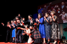 ゾンビポーズを決める「カメラを止めるな!」のキャスト一同、監督の上田慎一郎、その妻・ふくだみゆき。