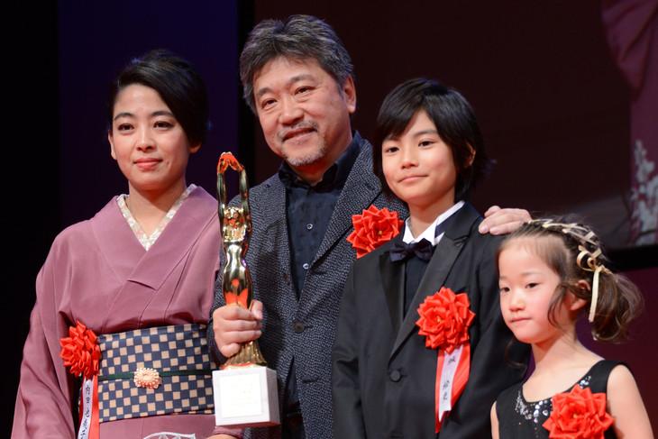 第73回毎日映画コンクール表彰式にて、左から樹木希林の娘・内田也哉子、是枝裕和、城桧吏、佐々木みゆ。