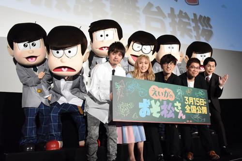 「えいがのおそ松さん」完成披露上映会の様子。前列左から松原秀、Dream Ami、櫻井孝宏、藤田陽一、岩井勇気。後列左から18歳のトド松、十四松、一松、チョロ松、カラ松、おそ松。