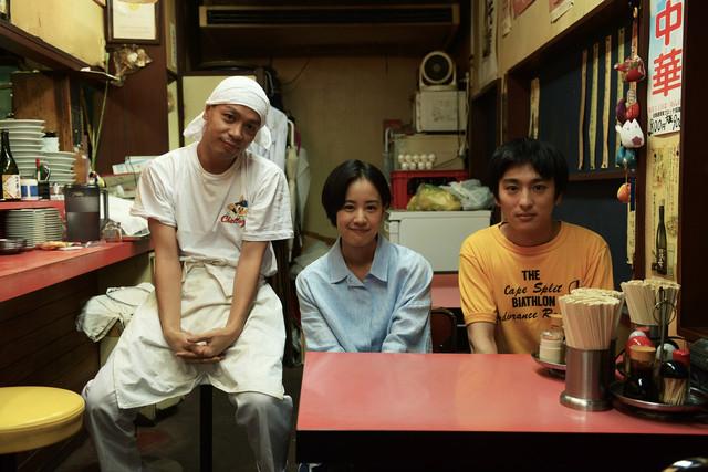 映画「いちごの唄」メイキング写真。左から峯田和伸、石橋静河、古舘佑太郎。