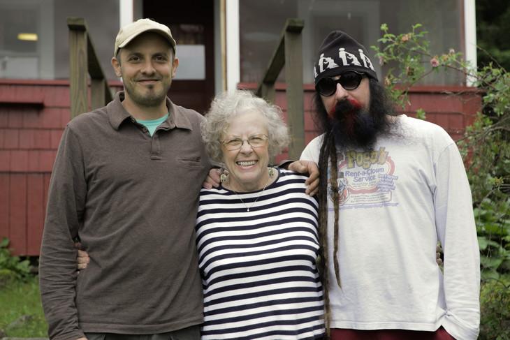 左から監督のサミ・サイフ、GGアリンの母アリータ、兄マール・アリン。