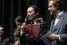 第69回ベルリン国際映画祭ジェネレーション(14plus)部門の授賞式に登壇した長久允。