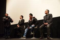 プロデューサーの高橋一浩(左)が飛び入りで話す様子。