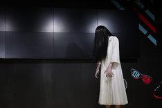 ステージに佇む貞子。