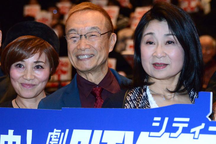 「劇場版シティーハンター <新宿プライベート・アイズ>」大ヒット御礼舞台挨拶にて、左から伊倉一恵、神谷明、一龍斎春水。