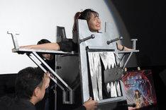 あのが装置の背後からチェーンソーを突き刺し、浅川梨奈の体を貫通させるイリュージョンの様子。