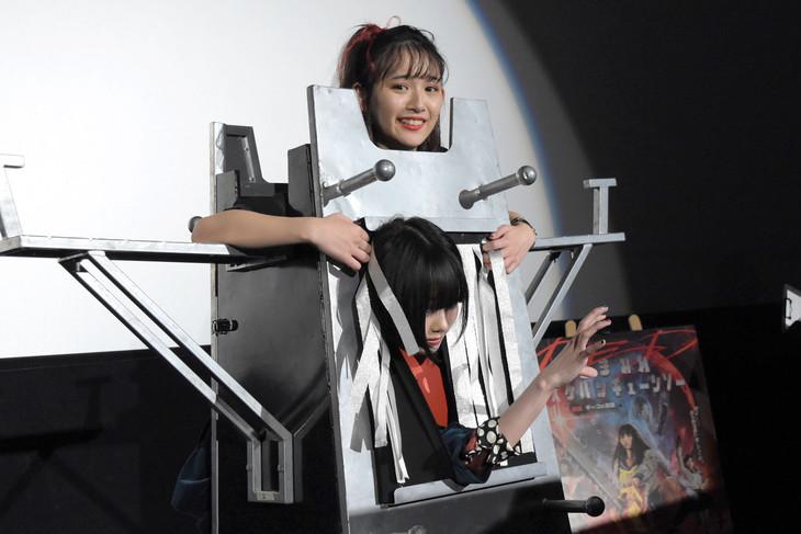 装置の背後から浅川梨奈の体を貫き、あのが登場した様子。