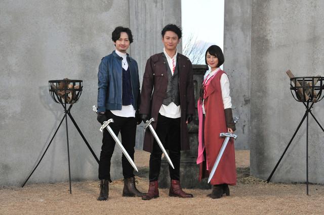 左から渋江譲二演じるマスターブルー、黄川田将也演じるマスターレッド、沢井美優演じるマスターピンク。