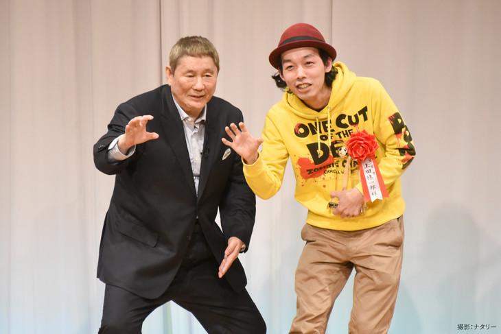 左からビートたけし、上田慎一郎。