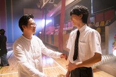「映画 賭ケグルイ」メイキング写真より、矢本悠馬(左)と高杉真宙(右)。