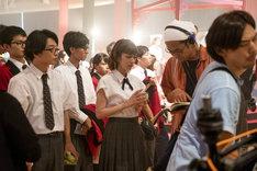 「映画 賭ケグルイ」メイキング写真より、松田るか(中央)と英勉(右から2番目)。