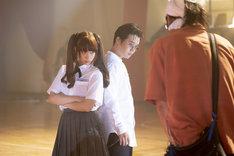 「映画 賭ケグルイ」メイキング写真より、森川葵(左)と矢本悠馬(中央)。