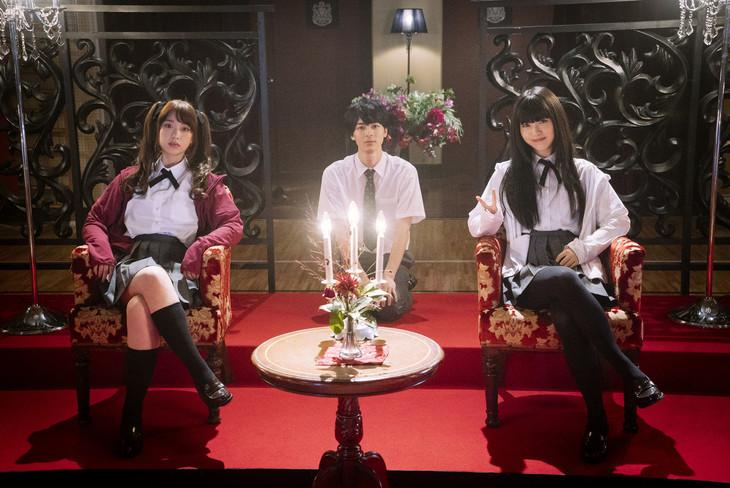 「映画 賭ケグルイ」メイキング写真より、森川葵(左)、高杉真宙(中央)、浜辺美波(右)。