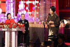 スピーチをする内田也哉子(右)。