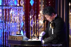 前年の受賞者がプレゼンターを務めるため、自身の名前を読み上げることとなった是枝裕和。
