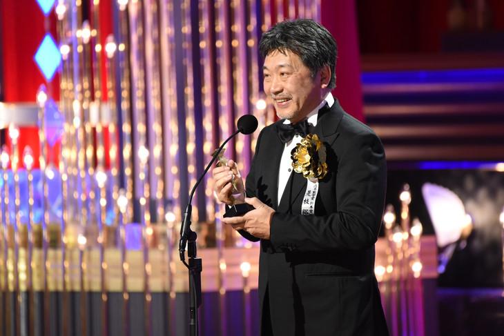 ブロンズを手に受賞スピーチを行う是枝裕和。