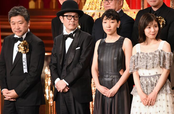 左から是枝裕和、リリー・フランキー、安藤サクラ、松岡茉優。
