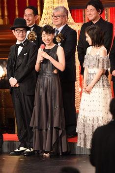 前列左からリリー・フランキー、安藤サクラ、松岡茉優。