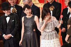 感極まる松岡茉優(右)と、彼女を優しく見つめるリリー・フランキー(左)、安藤サクラ(中央)。