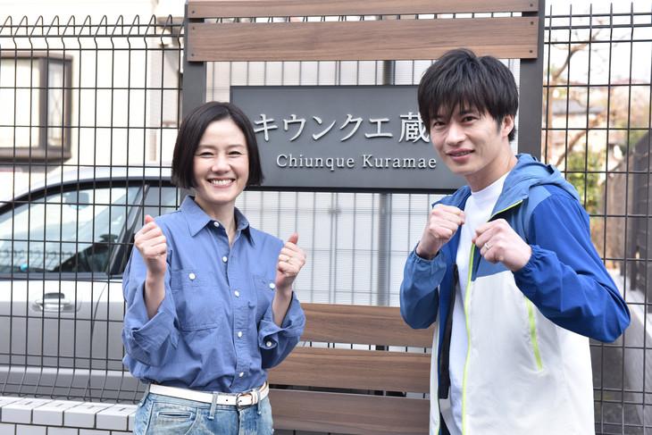 左から原田知世、田中圭。
