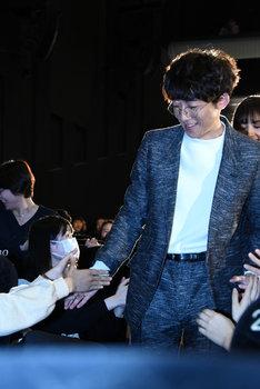 観客と握手する高橋一生。
