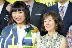 左からしずちゃん(南海キャンディーズ)、浅田美代子。